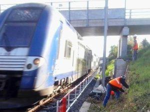sécurisation ouvriers sncf derrière barrière passage train