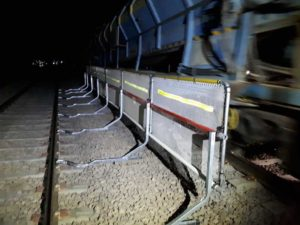 barriere protection chantier ferroviaire train nuit
